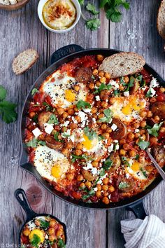 Take the shakshuka to the next level with this deluxe shakshuka recipe, featuring the classic baked eggs and tomatoes with an extra kick of spicy roasted potatoes and chickpeas. Chickpea Recipes, Healthy Recipes, Shakshuka Recipes, Easy Vegetarian Dinner, Vegetarian Dish, Crispy Chickpeas, Homemade Hummus, Cucina, Meals
