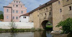 Amberg (Bayern): Amberg ist eine kreisfreie Stadt im Regierungsbezirk Oberpfalz in Ostbayern. Die historische Stadt Amberg, die zu den besterhaltenen mittelalterlichen Stadtanlagen Europas zählt, liegt rund 60 Kilometer östlich von Nürnberg an der Vils und ist gemeinsam mit Weiden Sitz der Ostbayerischen Technischen Hochschule Amberg – Weiden. Amberg ist das Oberzentrum in der mittleren Oberpfalz und gehört zur Metropolregion Nürnberg.  Amberg ist auch Kreisstadt des Landkreises…