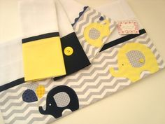 Kit encantador confeccionado em fralda de ótima qualidade, barrado em tricoline e aplicações em tecido.  Contém:  Uma fralda toalha, ideal para enxugar a pele delicada do seu bebê.  E três fraldinhas de boca, ideal para limpar a boquinha do seu bebê amamentação.