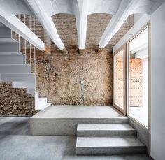Cette sublime rénovation d'une ancienne maison de village en un lieu moderne et contemporain, se trouve à Sant Feliu de Llobregat, proche de Barcelone.  Les architectes du studio DATAAE, ont voulu conserver au maximum les éléments anciens pour les faire cohabiter avec des matériaux modernes comme le métal et le béton brut. Une fois le lieu dépouillé de ses structures vétustes, DATAAE a réalisé un nouvel espace intégré au bâtiment d'origine.