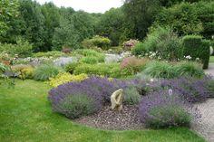Das Konzept des englischen Gartens hat sich im 18. Jahrhundert in bewusstem Kontrast zum französischen Barockgarten entwickelt. Während die Franzosen streng geometrische Gartenanlagen anlegten, stand in England die Nähe zur Natur im Mittelpunkt. Dennoch basieren auch die so natürlich wirkenden Country-Gärten auf architektonisch gegliederten Strukturen. So werden Rasen, Beete und Wege in geometrischen Formen angelegt. https://www.homify.de/ideenbuecher/31096/englische-gaerten-tipps-und-ideen