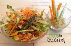 Oggi vi vogliamo suggerire un'idea alternativa e leggerissima per un'insalatina di stagione, raffinata e particolare: l'Insalata di Asparagi e Carote.