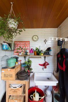 ガーデングッズやレジャー用の道具を保管しているコーナー。ワインの空き箱を利用した棚など、コーディネートが秀逸。