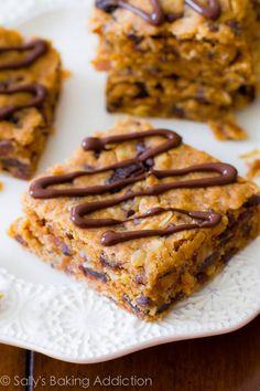 An easy recipe for homemade healthy peanut butter chunk oatmeal bars. Vegan oatmeal bars full of chocolate chips, peanut butter, oats, and raisins. Köstliche Desserts, Delicious Desserts, Dessert Recipes, Yummy Food, Peanut Butter Oatmeal Bars, Healthy Peanut Butter, Muffins, Barre Energie, Sallys Baking Addiction