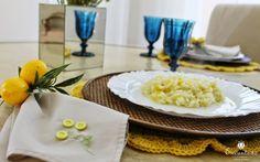 Decoração de mesa de almoço com azul e amarelo. Receita de risoto de limão siciliano.