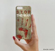 Se vende en: http://rockyandrolly.es/carcasas-iphone-5s/565-carcasa-stop-the-war.html