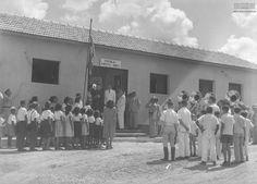 Escola Pimentel Gomes, Rio Branco (AC), 1940. Arquivo Nacional. Fundo Agência Nacional. BR_RJANRIO_EH_0_FOT_EVE_15723_0014 1940, Acre, Rio, Animals, National Archives, School, Animales, Animaux, Animal
