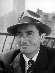 Gregory Peck - Zijn eerste film was: 'Days of Glory.', in 1944. Hij kreeg hiervoor een Oscar nominatie voor Beste Acteur. Hij kreeg vier nominaties in de eerste vijf jaar van zijn filmcarrière. In 1956 speelde Peck als Ahab in de bekendste versie van de verfilming van het boek Moby-Dick, geschreven  door Herman Melville. Hij won 'n Oscar voor zijn rol als advocaat Atticus Finch in de filmbewerking van Harper Lee's boek: 'To Kill a Mockingbird.' (1962). Er wordt gezegd dat dit zijn favoriete…