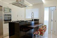 Com ambientes cada vez mais integrados, é cada vez mais comum cozinhar e conversar com as visitas ao mesmo tempo. Confira 31 projetos de cozinhas americanas do CasaPRO