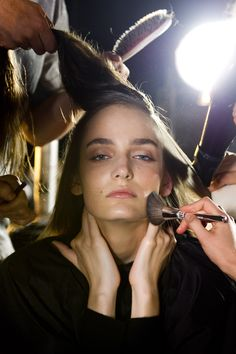 Preparan a una modelo para salir a pasarela durante la NY Fashion Week. AP