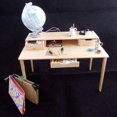 miniature modern desk for dollhouse office or perhaps for student - tutorial in Fr. with illustrations (click on PDF)