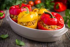 "Feel satisfied, but not ""stuffed"" with Cauliflower ""Rice"" and Ground Beef Stuffed Bell Peppers. This skinny Mexican fare is delicious. Low Carb Recipes, Diet Recipes, Healthy Recipes, Healthy Meals, Healthy Eating, Stuffed Peppers With Rice, South Beach Diet, Beach Meals, Ideal Protein"