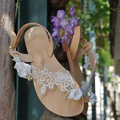 Χειροποίητα νυφικά δερμάτινα σανδάλια με δαντέλα και τριανταφυλλάκια Leather Sandals, Bride, Shoes, Fashion, Wedding Bride, Moda, Zapatos, Bridal, Shoes Outlet