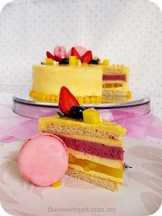 Romance, an entremet of Japanese origin, that consists of: Joconde, Ginger Mango jelly, Raspberry Cream and White Chocolate Mousse. Layered Desserts, Small Desserts, French Desserts, Just Desserts, Mango Recipes, Sweet Recipes, Entremet Recipe, Gourmet Cakes, Biscuits