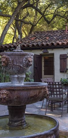 Old World, Mediterranean, Italian, Spanish & Tuscan Homes & Decor - I like the color of the fountain Spanish Home Decor, Spanish Style Homes, Spanish Revival, Spanish House, Spanish Colonial, Italian Home Decor, Spanish Courtyard, World Decor, Hacienda Style