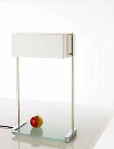 Het frame van de lamp bestaat uit RVS buizen met een glazenplaat.