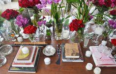 decoração mesa de centro. livros, flores, velas. rosas e orquideas