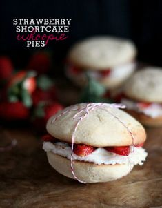 Strawberry Shortcake Whoopie Pies, all I need to change it the cookie to blue and I will have the perfect RED WHITE and BLUE whoopie pie! Köstliche Desserts, Delicious Desserts, Dessert Recipes, Oreo Dessert, Cupcakes, Cupcake Cakes, Macarons, Whoppie Pies, Mezze