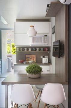 Apartamento antigo no RJ ganha cara nova após reforma revigorante Home Decor Kitchen, Kitchen Interior, Home Kitchens, Small Kitchens, Minimalist Home Interior, Minimalist Decor, Home Design, Home Interior Design, Esstisch Design