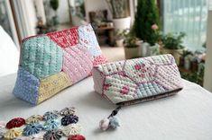 휴가 떠나기전에 만들었던 파우치랍니다.. 헥사곤을 연결해서 만든 파우치인데... 워낙 많은 분들이 만드셨... Patchwork Patterns, Sewing Patterns, Pouch Tutorial, Textiles, Fabric Bags, Purses And Bags, Coin Purse, Scrap, Quilts