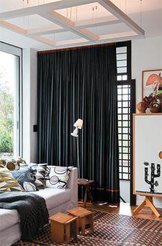 Casa do arquiteto e designer Marcelo Rosenbaum - Cortina em tecido de alfaiataria, com risca-de-giz e escama-de-peixe, acabamento em viés vermelho