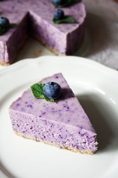 Homemade raw blueberry cheesecake: it is gluten-free, lactose-free, all nature ingredients. The sweetness comes from dates and maple syrup. The secret ingredient to replace cream cheese is cashew nuts. #homemade #cake #healthy #healthyfood