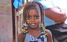 Bambina presso il mercato centrale della città di  praia