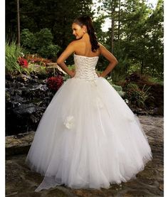 This is the type of wedding dress I want. Princessss.