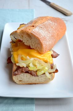 Dit is een super lekker lunch recept, een Philly Cheese Steak Sandwich met zoete uien en cheddar kaas.