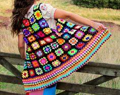 Veste au crochet carré coloré sans manches grand-mère