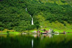 Passear pelos Fiordes Noruegueses é algo enlouquecedor. São milhares de paisagens de tirar o fôlego. O verão na Noruega tem suas particularidades