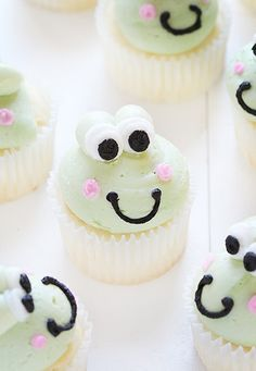 Making these adorable frog cupcakes is a lot easier than you would think! Just some vanilla cupcakes and some buttercream and you are a master cupcake decorator! Frog Cupcakes, Animal Cupcakes, Love Cupcakes, Birthday Party Desserts, Birthday Parties, Baby Birthday, Birthday Ideas, Buttercream Frosting For Cupcakes, Cupcake Bakery