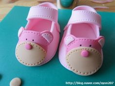 This gorgeous little baby shoes are perfect for baby's first birthday cake or christening cake.   I hope this step by step pictures and sh...