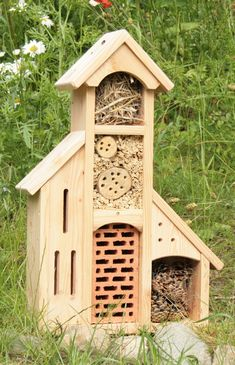 hotel ideas Butterflies, bees and bugs of all kinds can coexist in this beautiful insect hotel. Theres a place for everyone to over-winter. Garden Bugs, Garden Insects, Carpenter Bee Trap, Bug Hotel, Bee House, Decorative Bird Houses, Butterfly House, Garden Projects, Outdoor Gardens