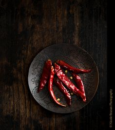 This hearty, comforting chunky beef chili is made with tender chunks of beef rather than ground beef. Its highlight is a flavorful homemade chili powder. Raw Food Recipes, Indian Food Recipes, Dried Chillies, Hotel Food, Dark Food Photography, Fish And Meat, Stuffed Hot Peppers, Creative Food, Food Design