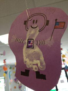Footprint astronaut Daycare Crafts, Classroom Crafts, Baby Crafts, Daycare Ideas, Toddler Art, Toddler Crafts, Infant Crafts, Space Activities, Infant Activities