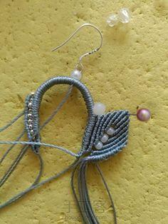 叶の魅(不知原作者起的啥名) 第18步 Lace Necklace, Necklace Tutorial, Macrame Earrings, Handmade Handbags, Macrame Tutorial, Floral Lace, Art For Kids, Jewelry Making, Patterns