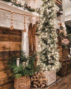 30 Awesome Rustic Farmhouse Style Christmas Home Decor Ideas Christmas Mantels, Cozy Christmas, Christmas Lights, Christmas Holidays, Home For Christmas, Victorian Christmas, Outdoor Christmas, Christmas Christmas, Vintage Christmas
