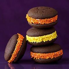 Easy Halloween Whoopie Pies I love these, super cute and easy treats for the busy holidays. Halloween Goodies, Halloween Snacks, Easy Halloween, Halloween Party, Halloween Cupcakes, Halloween Stuff, Pie Recipes, Fall Recipes, Holiday Recipes