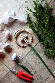 Morgen ist Palmsonntag und jedes Jahr stellt sich mir die Frage, wie der Palmbus… Tomorrow is Palm Sunday and every year I wonder how the palm trees will … Diy And Crafts, Paper Crafts, Diy Spring Wreath, Palm Sunday, Easter Art, Diy Dress, Diy Organization, Palm Trees, Weaving
