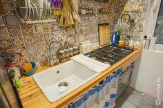 Прямая кухня из Икеа без фасадов в деревенском стиле