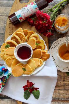 Szybkie mini placuszki i rozgrzewająca herbata z pigwą W chłodne dni nie ma nic lepszego niż ciepła herbata i pyszne placuszki. Tak uważa cała moja rodzina 😉 Dziś przygotowałam dla bliskich talerze pełne mini placuszków. Podałam je w towarzystwie pysznego... Waffles, Breakfast, Ethnic Recipes, Food, Morning Coffee, Essen, Waffle, Meals, Yemek