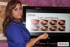 Profesora Narda Reyes experta make up artist dictando taller Maquíllate con Estilo del Centro de Imagen Protocolo & Estilo