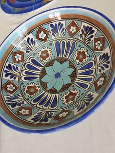I like the center flower Ceramic Bowls, Ceramic Art, Decoration Originale, Pottery Painting, Glass Art, Arts And Crafts, Blue And White, Clay, Tableware
