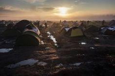 De zon komt op boven het vluchtelingenkamp bij het Griekse Idomeni. beeld EPA
