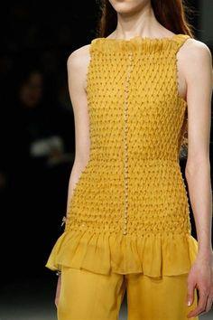 O que me encanta nos achados dali e daqui são os detalhes. - Bing images Runway Fashion, Fashion Show, Fashion Outfits, Origami Fashion, Fashion Details, Fashion Design, Pleated Fabric, Designs For Dresses, Looks Chic