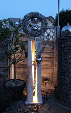 GS53 – Dekosäule für Innen und Aussen zum beleuchten! Große gespaltene Säule, weiß gebeizt aus neuem Holz, natürlich dekoriert mit natürlichen Materialien, einem Edelstahlherz und Rebenkranz . Der Kranz kann bepflanzt werden, oder nach belieben dekoriert! Preis 149,90 €