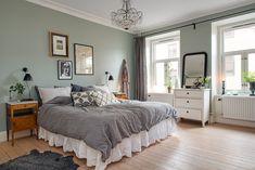Stort & vackert sovrum med stuckatur & rymd