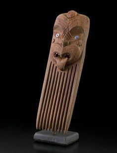 This is a contemporary version of a wooden heru using wheku type head representing ancestor / guardian. Polynesian Art, Polynesian Culture, Maori Patterns, Maori Designs, Nz Art, Driftwood Sculpture, Marquesan Tattoos, Maori Art, Tree Carving