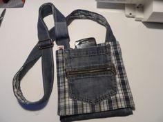Bolso bandolera de tela vaquera Jean Purses, Denim Ideas, Fnaf, Jeans, Upcycle, Wallet, Diy, Clothes, Fabric Purses
